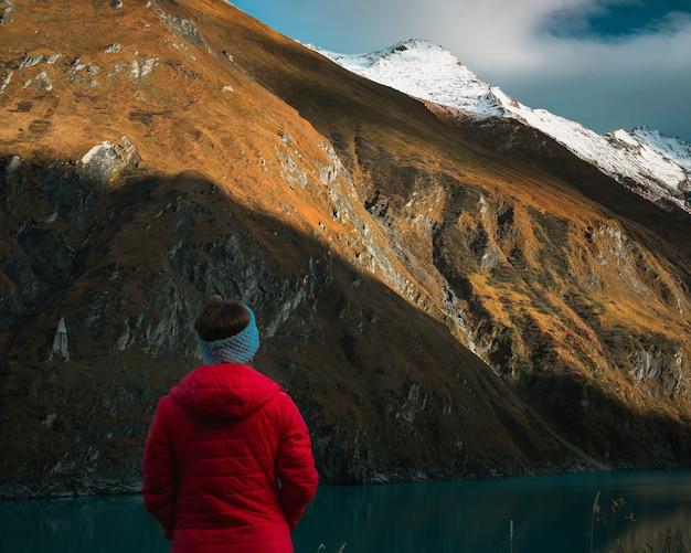Vrouw in het rood bij alpen Gratis Foto