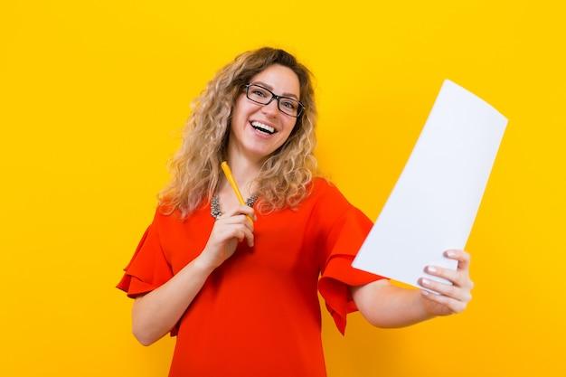 Vrouw in jurk met blanco papier en potlood Premium Foto