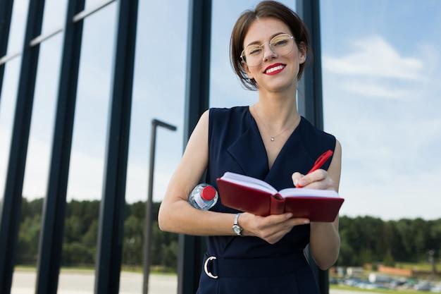 Vrouw in kantoor pak maakte een afspraak en wacht op collega Premium Foto