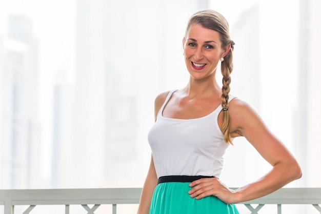 Vrouw in metropool dubai Premium Foto