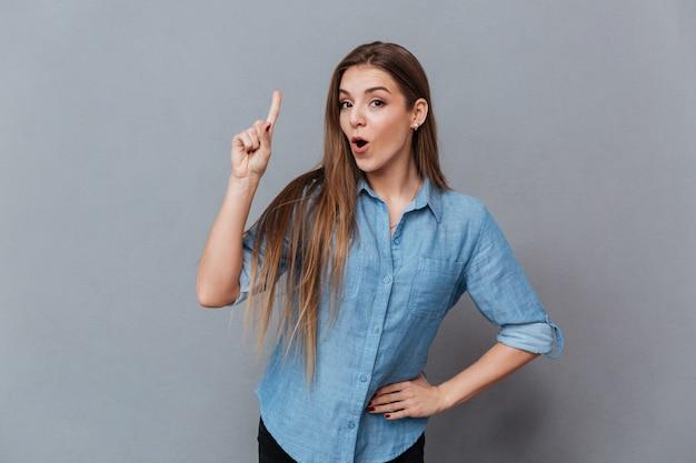 Vrouw in overhemd dat aandachtsteken toont Gratis Foto