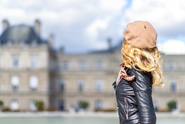 Vrouw in parijs, frankrijk Premium Foto