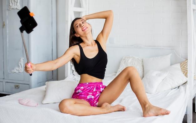 Vrouw in pijama die selfie nemen Gratis Foto