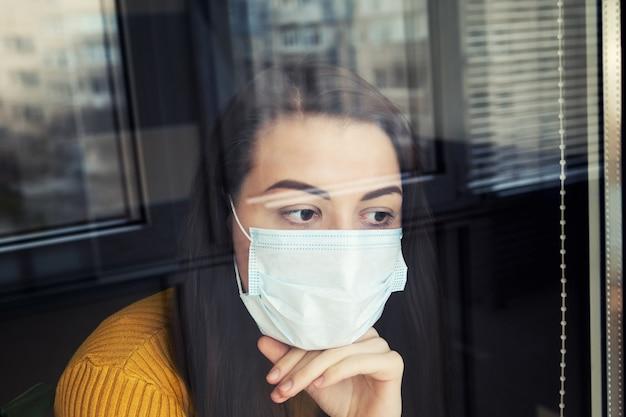 Vrouw in quarantaine die beschermend masker draagt. Gratis Foto
