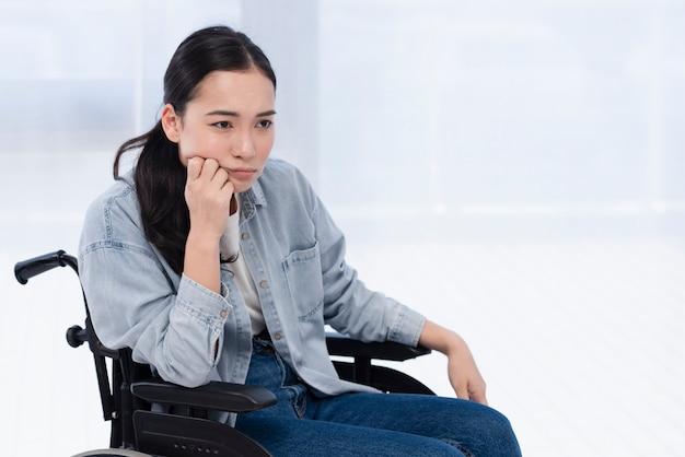 Vrouw in rolstoel denken Gratis Foto