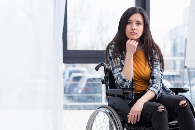 Vrouw in rolstoel wordt verdrietig Gratis Foto