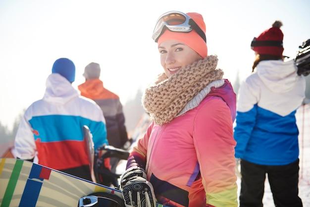 Vrouw in skikleren met vrienden Gratis Foto
