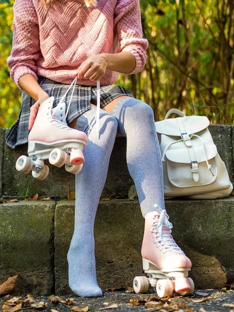 Vrouw in sokken met rolschaatsen en rugzak Gratis Foto