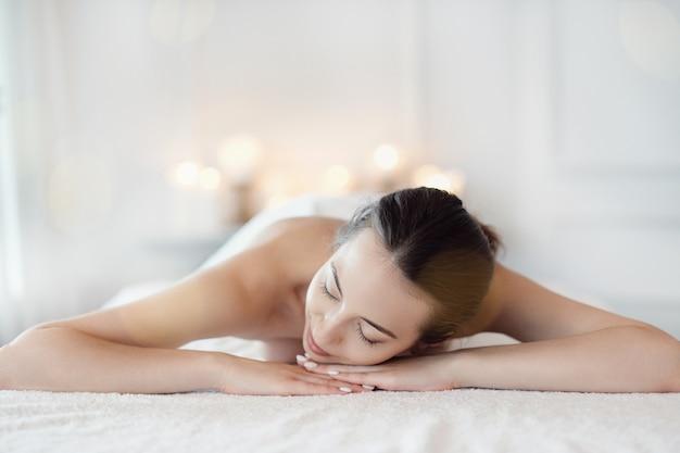 Vrouw in spa salon Gratis Foto