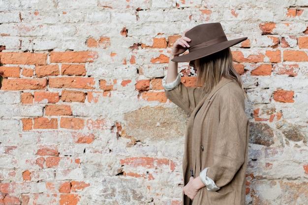 Vrouw in stijl hoed en jas Premium Foto