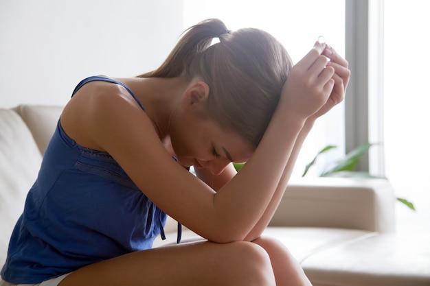 Vrouw in wanhoop door scheidingszitting met ring Gratis Foto
