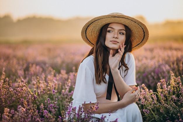 Vrouw in witte jurk in een lavendelveld Gratis Foto