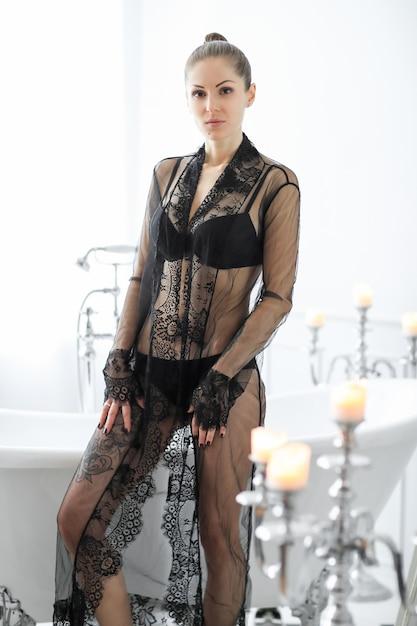 Vrouw in zwarte lingerie Gratis Foto