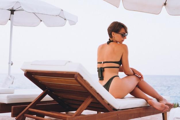 Vrouw in zwembroek ontspannen aan zee Gratis Foto