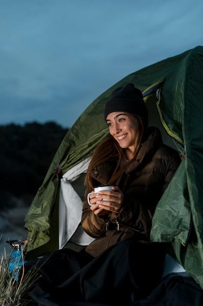 Vrouw kamperen en met een kopje thee Gratis Foto