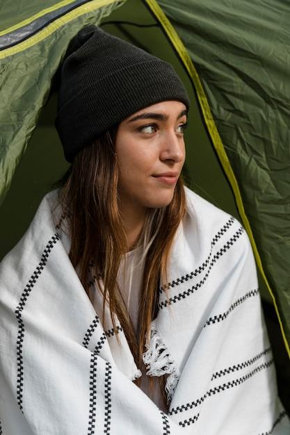 Vrouw kamperen en wegkijken Gratis Foto