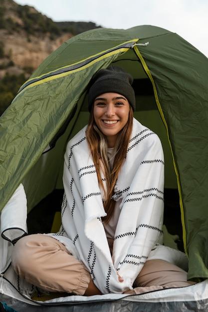 Vrouw kamperen en zitten in tent Gratis Foto