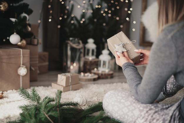Vrouw kijken handgemaakte kerstcadeautjes Gratis Foto