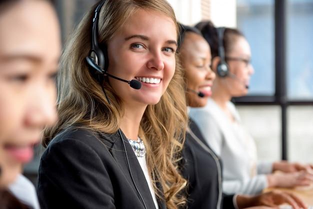 Vrouw klantenservice agent werken in callcenter Premium Foto