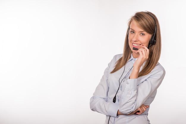Vrouw klantenservice werknemer, lachende operator met telefoon hoofden Gratis Foto