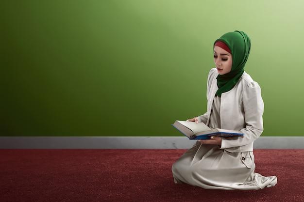 Vrouw koran lezen Premium Foto
