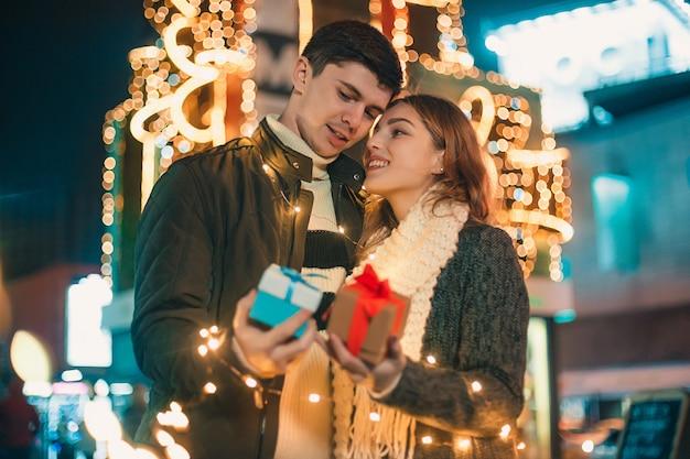 Vrouw krijgt een geschenk van haar vriend Gratis Foto