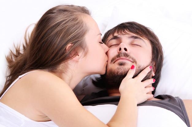 Vrouw kust haar man wang Gratis Foto
