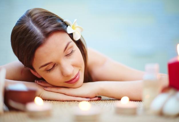 Vrouw liggend op de massagetafel bureau Gratis Foto