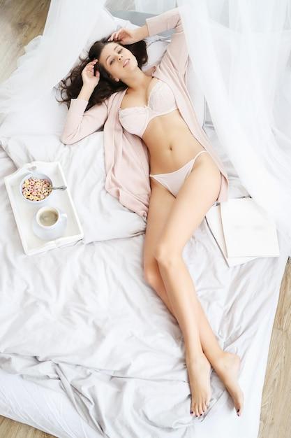 Vrouw liggend op het bed Gratis Foto