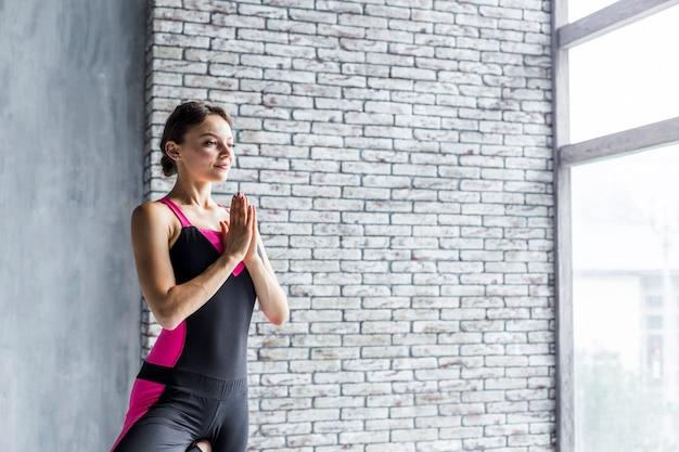 Vrouw mediteren in boom yoga pose Gratis Foto