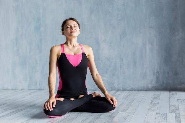 Vrouw mediteren in lotus yoga pose Gratis Foto