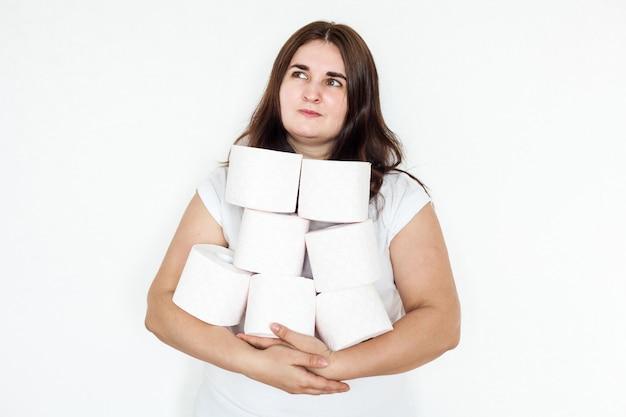 Vrouw, meisje, man met wc-papierrollen, huis, voorraden in geval van quarantaine Premium Foto