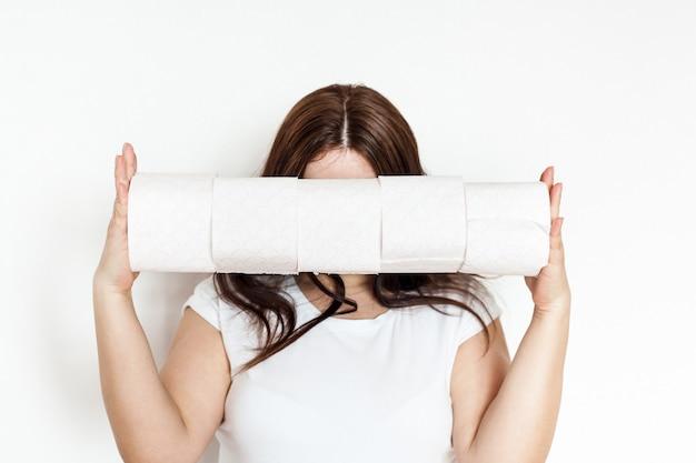 Vrouw, meisje, man met wc-papierrollen, huis, voorraden in quarantaine, thuis zitten, verzorging en hygiëne, toiletartikelen, netheid, comfort, schone handen, sanitair Premium Foto
