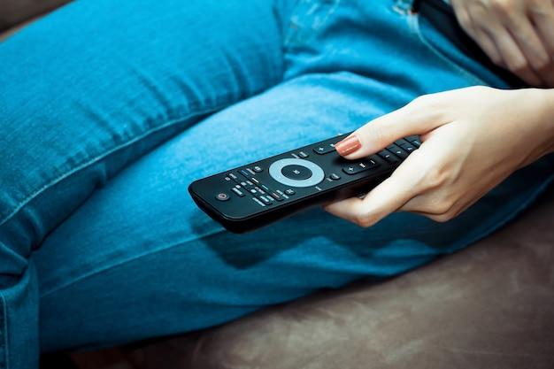 Vrouw met afstandsbediening Gratis Foto