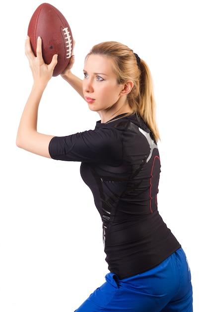 Vrouw met amerikaanse voetbal die op wit wordt geïsoleerd Premium Foto