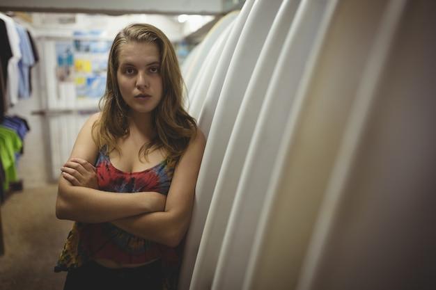 Vrouw met armen gekruist in strandcabine Gratis Foto