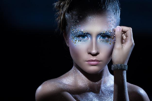Vrouw met artistieke make-up Gratis Foto