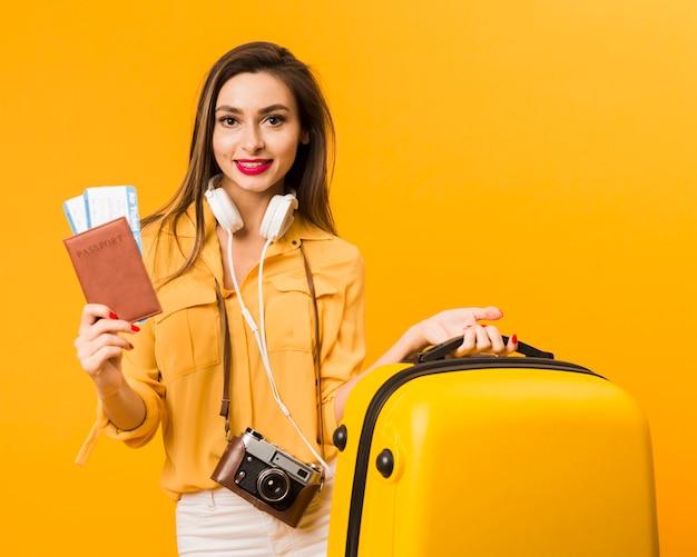 Vrouw met bagage en paspoort met vliegtickets Gratis Foto