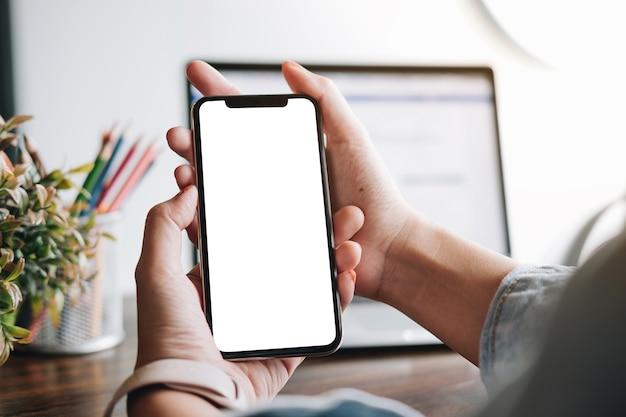 Vrouw met behulp van smartphone. blanco scherm mobiele telefoon voor grafische weergave montage. Premium Foto