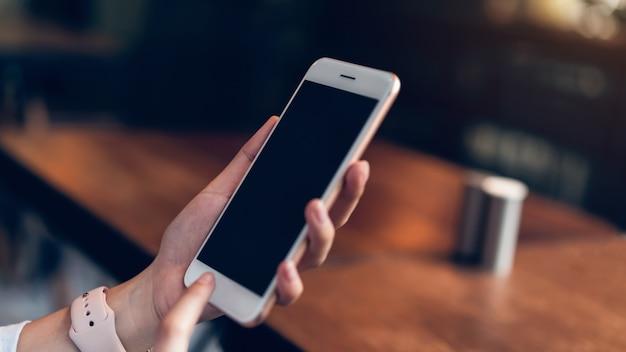 Vrouw met behulp van smartphone. het concept van het gebruik van de telefoon is essentieel in het dagelijks leven. Premium Foto