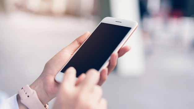 Vrouw met behulp van smartphoneeryday leven. Premium Foto