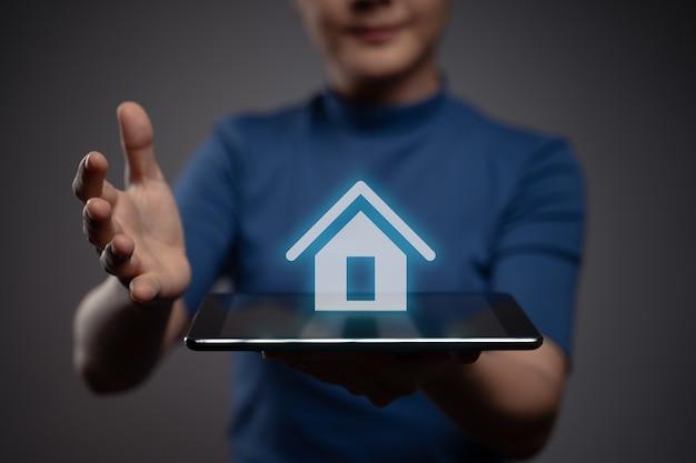 Vrouw met behulp van tablet weergegeven: met home pictogram hologram effect Premium Foto