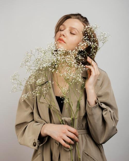 Vrouw met boeket bloemen Gratis Foto