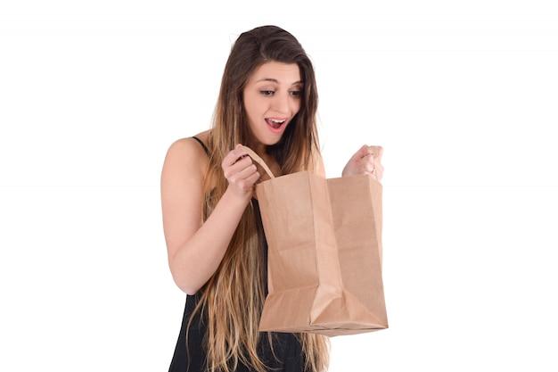 Vrouw met boodschappentas op studio Premium Foto