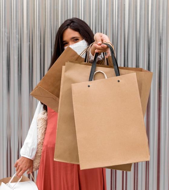 Vrouw met boodschappentassen een kopie ruimte Premium Foto