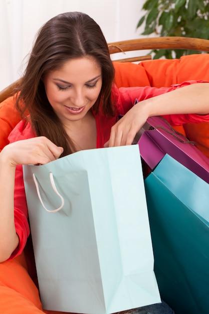 Vrouw met boodschappentassen thuis Gratis Foto