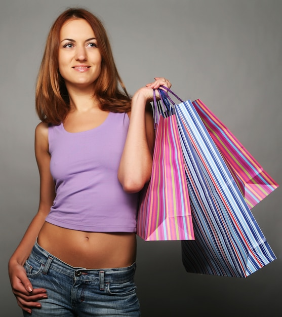 Vrouw met boodschappentassen Premium Foto