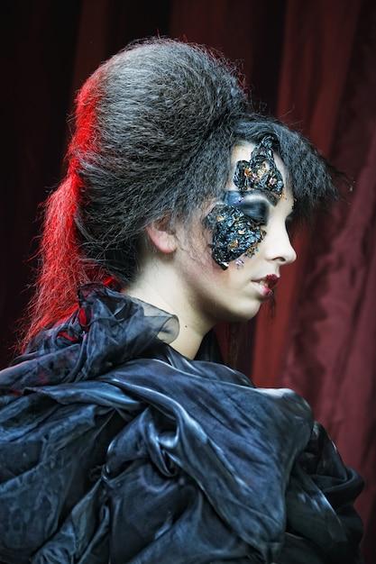 Vrouw met creatieve make-up. halloween-thema. Premium Foto