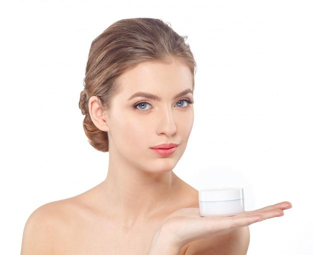 Vrouw met crème gezicht huidverzorging Premium Foto