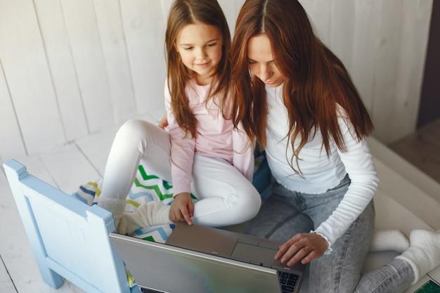 Vrouw met dochter die laptop computer met behulp van Gratis Foto